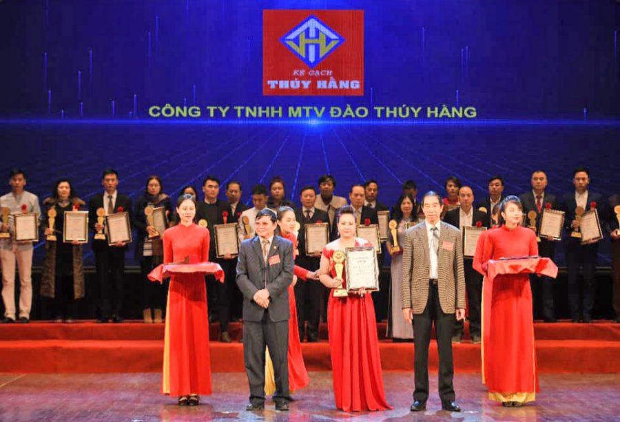 CEO Đào Thuý Hằng nhận giải thưởng_bảng vàng